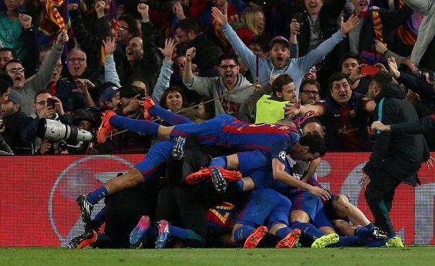 Zázrak dokonán! Fotbalisté Barcelony právě vstřelili šestý gól a slaví postupu přes PSG.