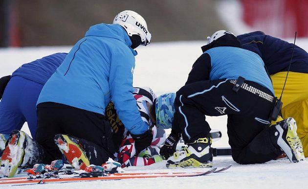 Lékaři ošetřují rakouského lyžaře Matthiase Mayera po pádu ve sjezdu ve Val Gardeně.