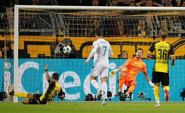 Cristiano Ronaldo dává vítězný gól Realu Madrid v souboji s Borussií Dortmund.
