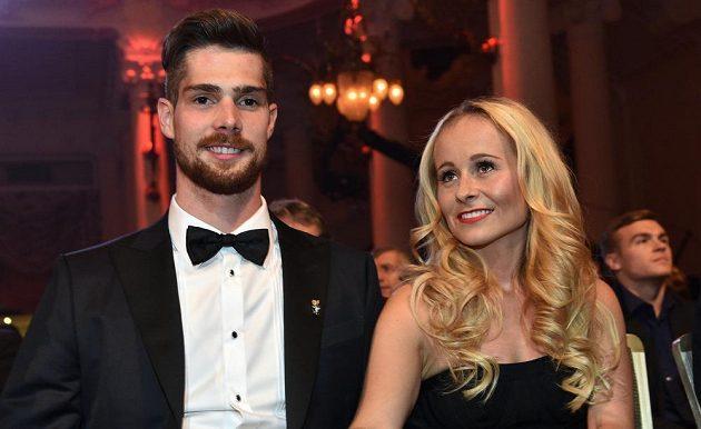 Brankář Alexander Salák s partnerkou.