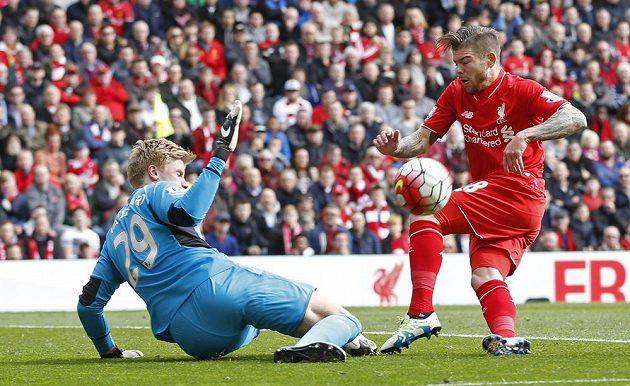 Liverpoolský Alberto Moreno (vpravo) se snaží překonat brankáře Stoke Jakoba Haugaarda.