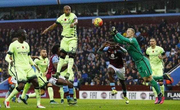 Také gólman Joe Hart z Manchesteru City musel být na hřišti Villans v permanenci.