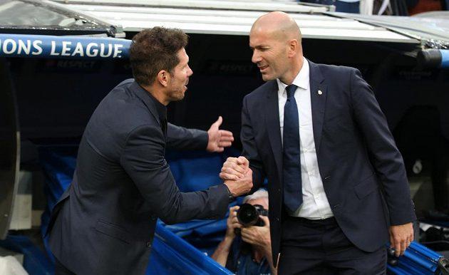 Trenér Atlétika Madrid Diego Simeone a kouč Realu Madrid Zinedine Zidane během prvního semifinále fotbalové Ligy mistrů.
