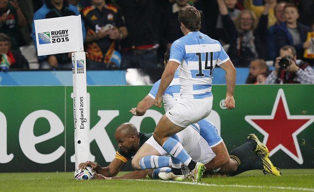 JP Pietersen z Jihoafrické republiky pokládá první pětku v duelu MS o 3. místo proti Argentině.