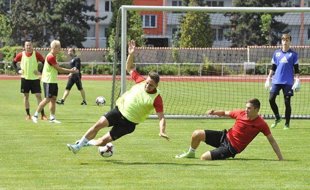Fotbalisté Mladé Boleslavi zahájili přípravu na sezónou. Na snímku bojují o míč Adam Jánoš (vlevo) a Lukáš Železník.