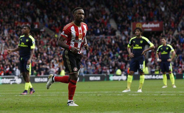 Útočník Sunderlandu Jermain Defoe oslavuje svůj gól proti Arsenalu.