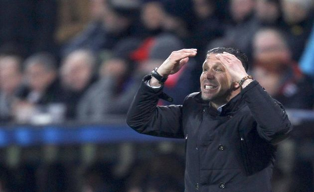 Kouč Atlétika Diego Simeone gestikuluje během osmifinále Ligy mistrů proti Leverkusenu.
