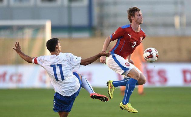 Český obránce Tomáš Kalas (vpravo) zpracovává míč před Italem Alessiem Vitem.
