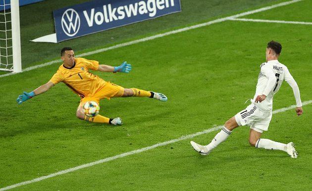 Německý fotbalista Kai Havertz (R) střílí gól do sítě Argentiny během přátelského utkání, které skončilo nerozhodně 2:2.