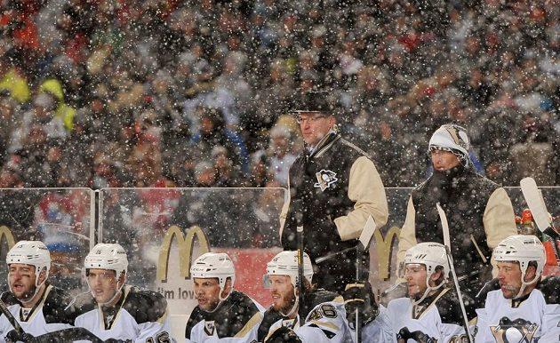 Střídačka Penguins při utkání pod širým nebem proti Chicagu.
