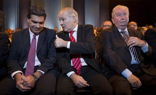 Šéf argentinského vládního kabinetu Jorge Capitanich, vlevo, mluví s trenérem reprezentace Alejandrem Sabellou. Vpravo sedí svazový předseda a také místopředseda FIFA Julio Grondona.