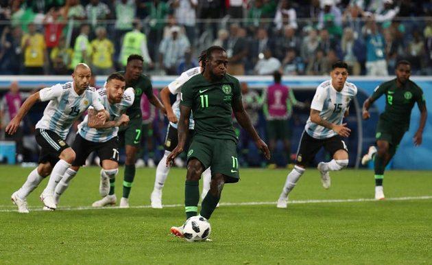 Vyrovnáno! Nigerijec Victor Moses dal z penalty proti Argentině na 1:1.