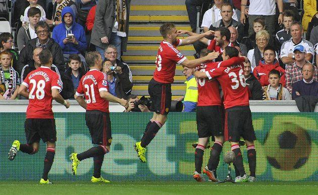 Fotbalisté Manchesteru United oslavují vedoucí gól Juana Maty proti Swansea.