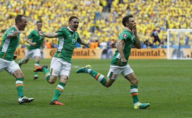 Ir Wes Hoolahan (vpravo) slaví se svými spoluhráči gól, který vstřelil Švédsku.