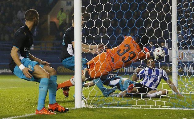 Sam Hutchinson střílí třetí gól Sheffieldu Wednesday v osmifinále Ligového poháru proti Arsenalu. Brankář Petr Čech míč vytlačit nestačil.
