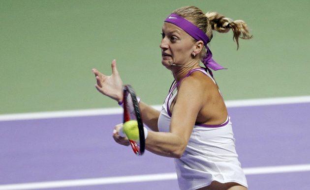 Petra Kvitová zahrává forhendový úder v utkání s Lucií Šafářovou na Turnaji mistryň.