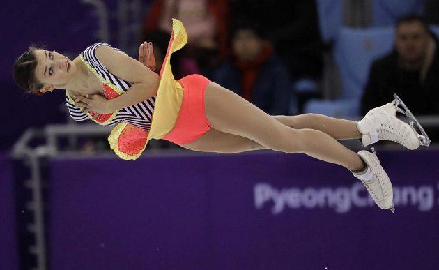 Anna Dušková letí vzduchem během volné jízdy na OH v Pchjongčchangu. Její kolega ve sportovní dvojici Martin Bidař na ni čeká s otevřenou náručí.