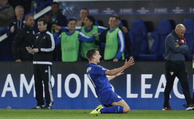 Fotbalista Leicesteru City Marc Albrighton si vychutnáváradost z gólu proti Seville.