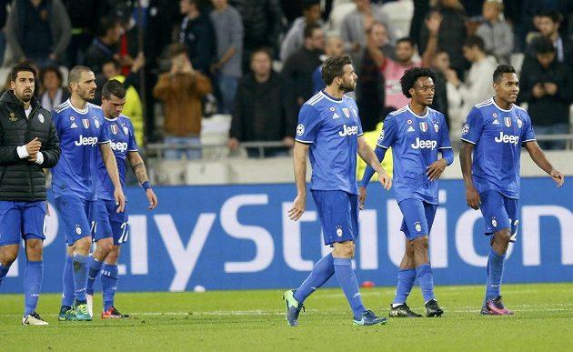Fotbalisté Juventusu Turín slaví vítězství na hřišti Lyonu. Druhý zprava střelec jediného gólu Juan Cuadrado.