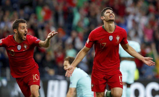 Goncalo Guedes (vpravo) slaví gól vstřelený Nizozemsku ve finále Ligy národů.
