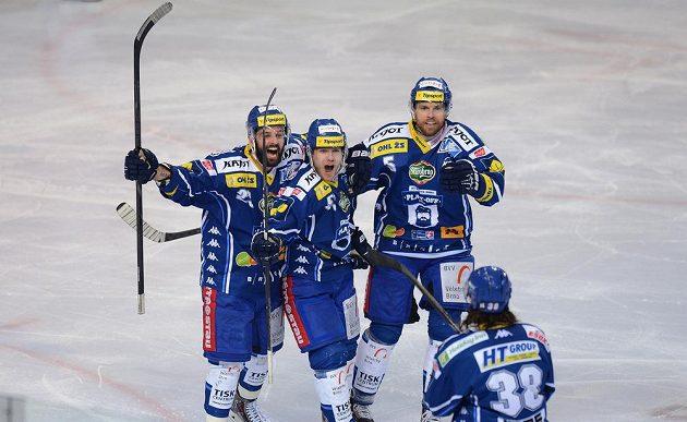 Hokejisté Brna se radují z branky, kterou vstřelili Spartě v rozhodujícím sedmém semifinálovém utkání.