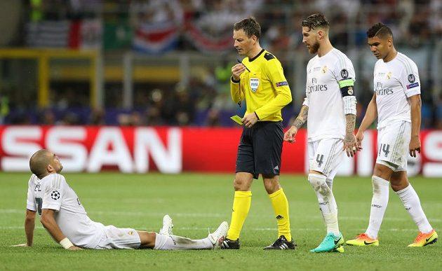 Anglický sudí Mark Clattenburg ocenil Pepeho simulování ve finále Ligy mistrů žlutou kartou.