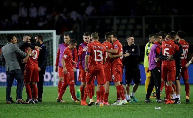 Radost fotbalistů Makedonie po remíze s Itálií.