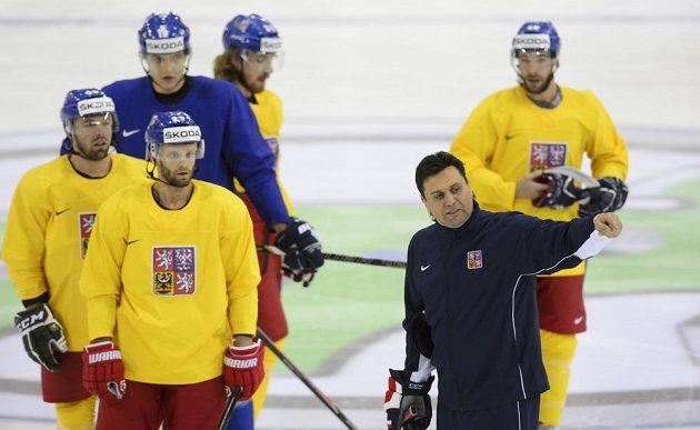 Milan Gulaš (vlevo), Martin Růžička (vpředu vlevo), Lukáš Kovář (v modrém), Lukáš Kašpar (vzadu vlevo), Michal Vondrka (vzadu vpravo) a hlavní trenér Vladimír Růžička na čtvrtečním tréninku.
