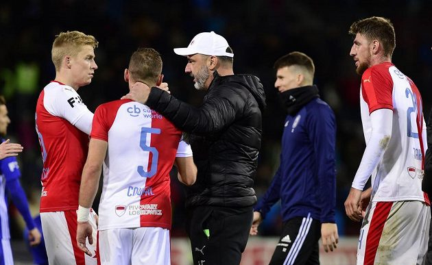 Fotbalisté Slavie Michal Frydrych, Vladimír Coufal a trenér Jindřich Trpišovský po utkání v Olomouci.