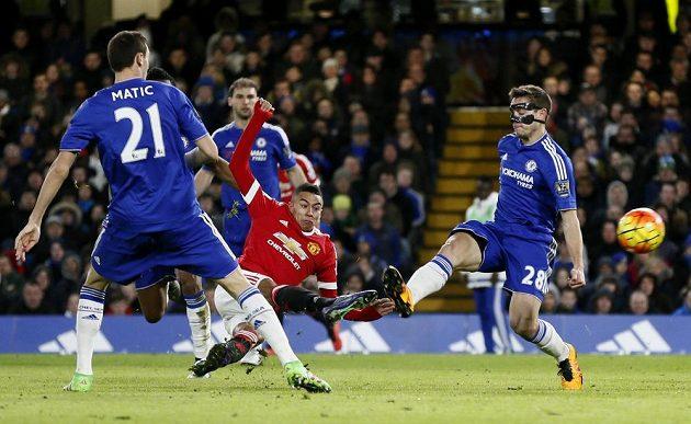 Jesse Lingard střílí gól v utkání Chelsea proti Manchesteru United