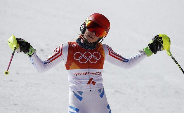 Rozpačité gesto Mikaely Shiffrinové. Americká favoritka skončila ve slalomu senzačně bez medaile.