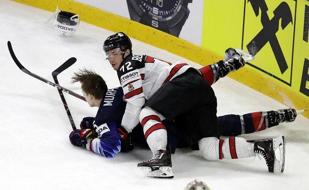 Anthony Beauvillier z Kanady v souboji s Connorem Murphym z USA.