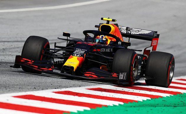 Jezdec Red Bullu Alexander Albon v závěru útočil na druhé místo Lewise Hamiltona, po kolizi s ním ale vypadl z boje o místo na stupních vítězů.