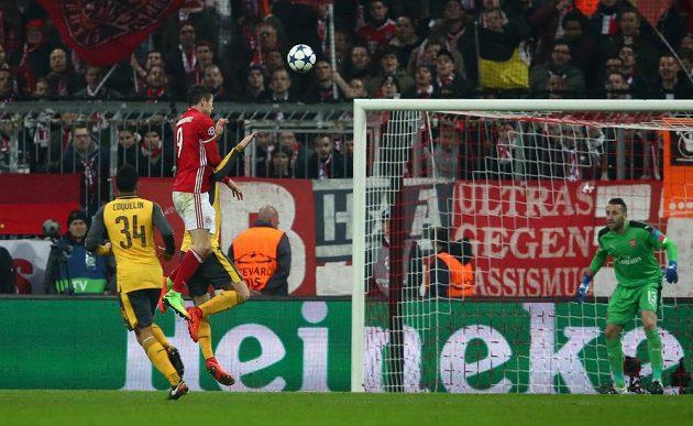Robert Lewandowski z Bayernu hlavičkuje do sítě Arsenalu.