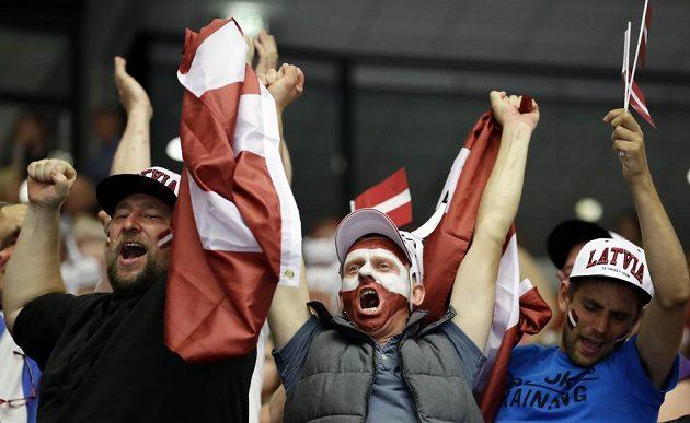 Radost lotyšských fanoušků při bitvě s Dány.