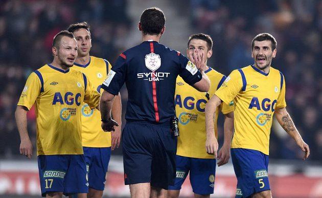 Fotbalisté Teplic protestují u rozhodčího Kovaříka proti nařízené penaltě.