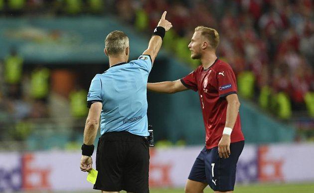 Rozhodčí Bjorn Kuipers gestikuluje směrem k českému reprezentatovi Antonínu Barákovi na fotbalovém EURO.