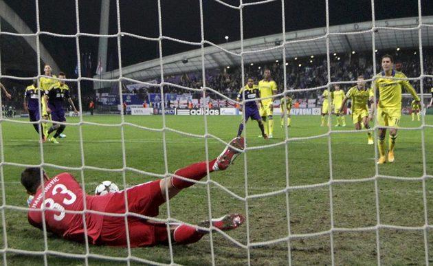 Brankář Mariboru Jasmin Handanovič chytá střelu z pokutového kopu Edena Hazarda (vpravo) z Chelsea.