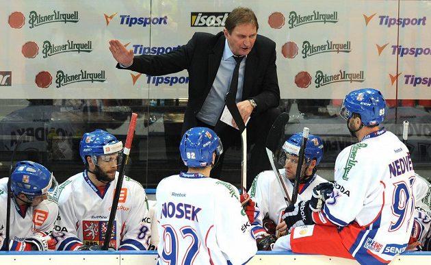 Trenér české hokejové reprezentace Alois Hadamczik udílí pokyny během zápasu s Finskem.