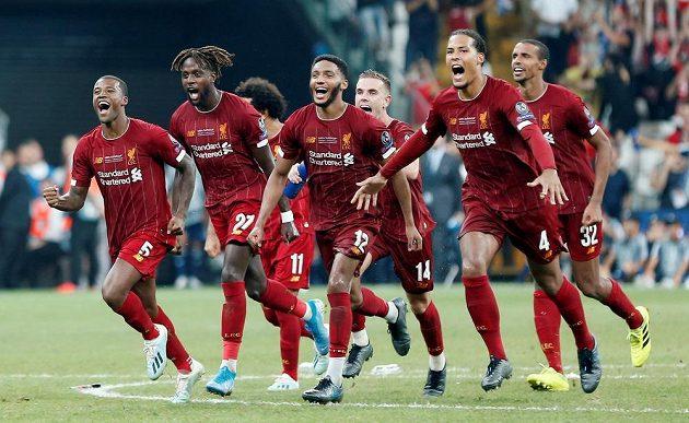 Liverpoolští hráči se radují, získali Superpohár.