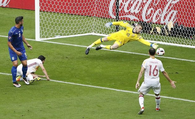 Španělský brankář David De Gea likviduje povedenou hlavičku italského útočníka Graziana Pellého.