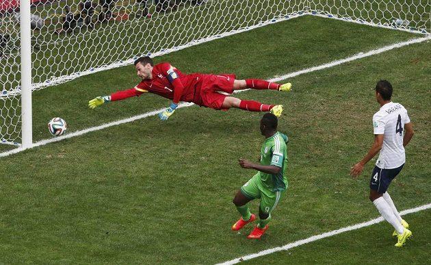 Nigerijský útočník Emmanuel Emenike (uprostřed) sice prostřelil francouzského brankáře Huga Llorise, ale gól nebyl kvůli spornému ofsajdu uznán.