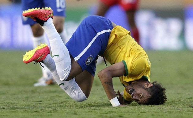 Brazilec Neymar v netradiční pozici.