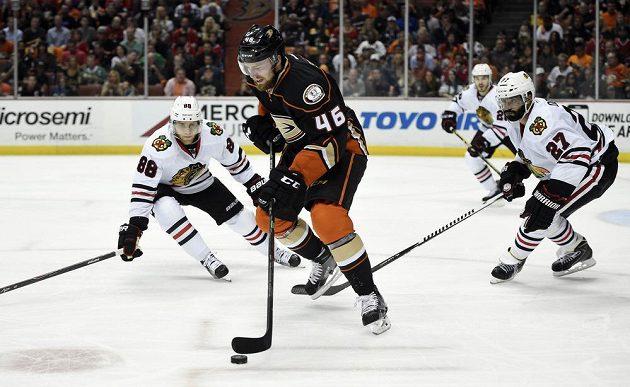 Hokejista Anaheimu Ducks Jiří Sekáč (46) s pukem před Patrickem Kanem (88) a Johnnym Oduyou (27) z Chicaga ve druhém finále Západní konference play off NHL.