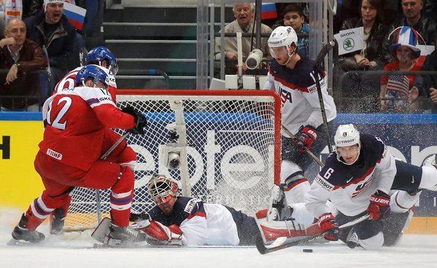 Čeští hokejisté Radek Faksa a Martin Zaťovič před americkou brankou.