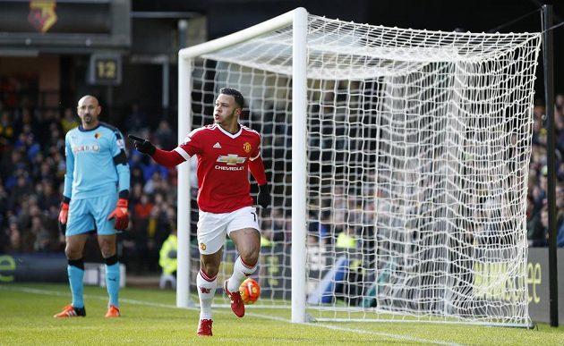 Záložník Manchesteru United Memphis Depay (vpravo) slaví gól na hřišti Watfordu v zápase 13. kola Premier League.