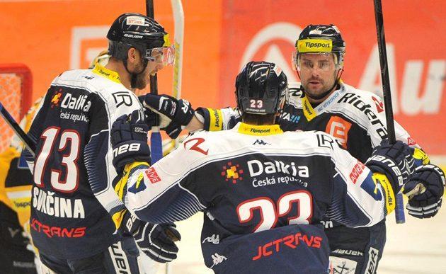 Vítkovičtí hokejisté se radují z vyrovnávacího gólu proti Litvínovu. Zleva Vladimír Svačina, Ondřej Roman a autor branky Rudolf Huna.