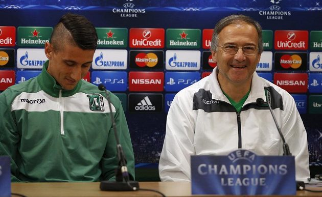 Kouč Razgradu Georgi Dermendžijev (vpravo) na předzápasové tiskové konferenci v Liverpoolu s hráčem svého týmu Michajlem Aleksandrovem.
