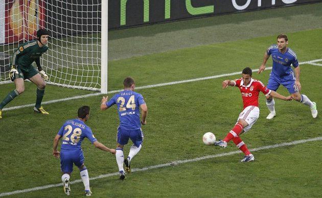 Perná chvíle pro gólmana Chelsea Petra Čecha. Rodrigo Machado z Benfiky střílí z malého vápna ve finále Evropské ligy.
