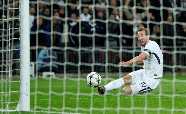 Tottenhamský Harry Kane promarňuje šanci v odvetě proti Juventusu.